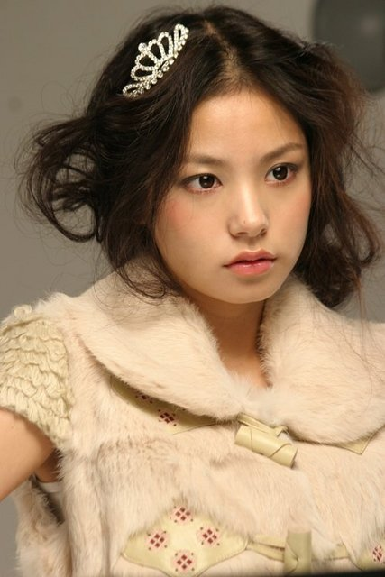 and this korean model MIN HYO RIN she has make up on, but just LOOK at her ...