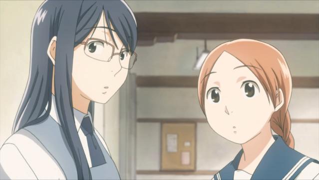 Fumi Manjome y Akira Okudaira comparten un momento de tranquilidad en clase en una escena del anime de televisión Sweet Blue Flowers.