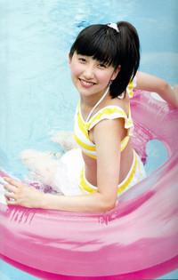 浮き輪で遊んでいる可愛い佐藤優樹の水着画像♪