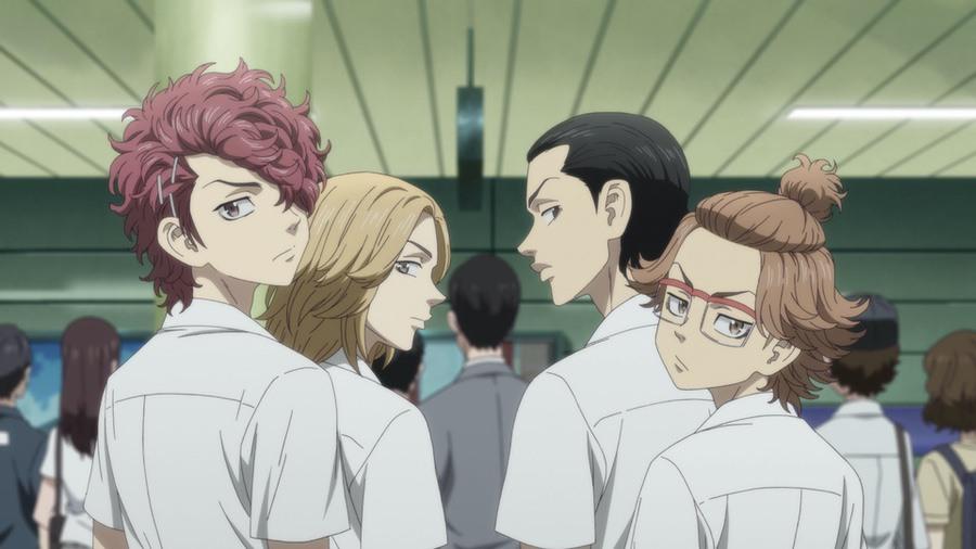 Los amigos punk de la escuela secundaria de Takemichi lo miran mal mientras cruza el metro en busca de una pelea en una escena del anime de televisión Tokyo Revengers.