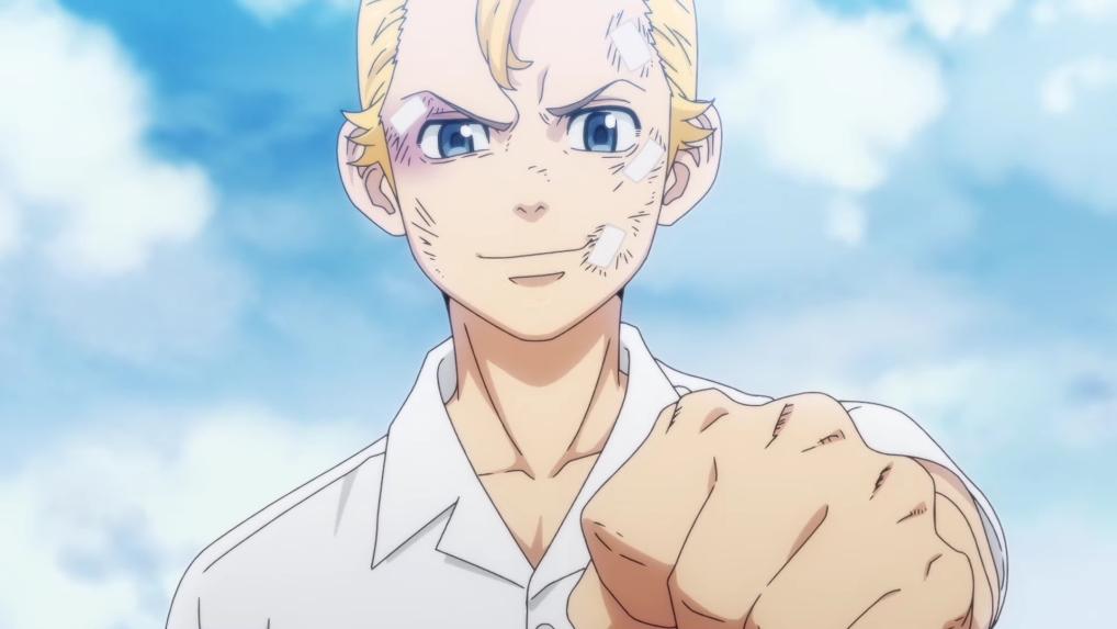 Aunque maltratado y magullado, el protagonista Takemichi Hanagaki muestra su determinación en una escena del próximo anime de televisión Tokyo Revengers.