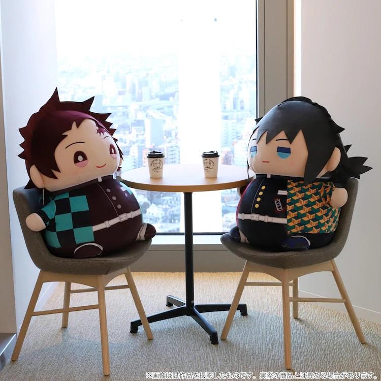Tanjiro Kamado y Giyu Tomioka, en forma de peluche extra grande Mame Mate, comparten un café en una imagen promocional de los nuevos juguetes de MOVIC.