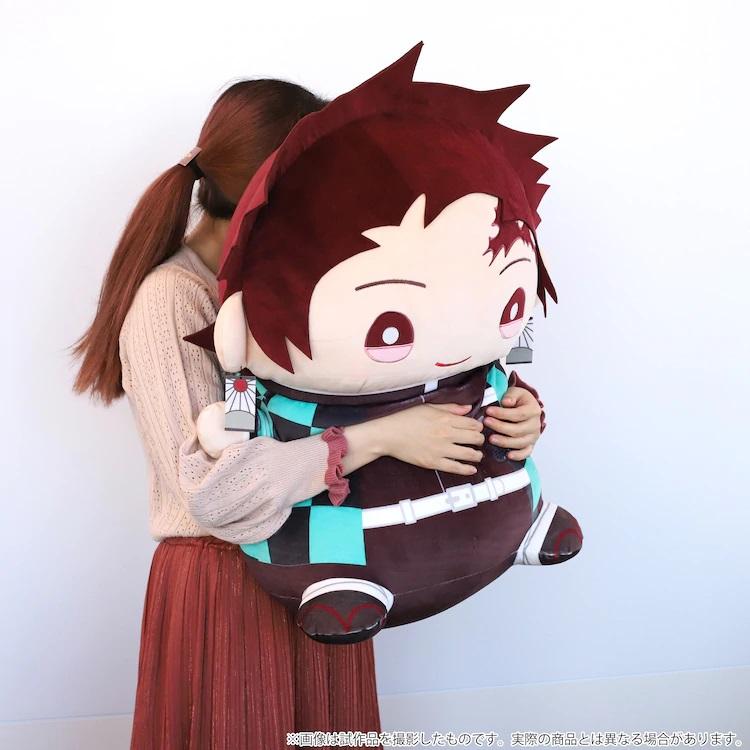 Una modelo abraza el peluche Extra Large Mame Mate Tanjiro Kamado en una imagen promocional.