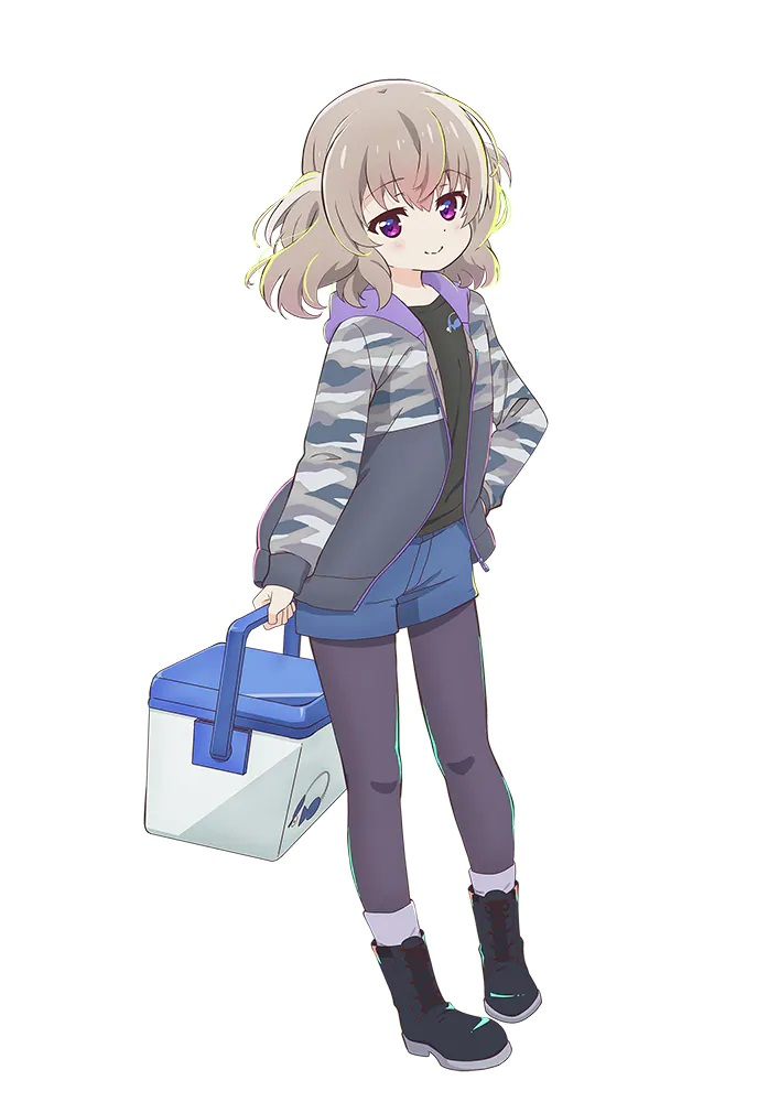 Un personaje visual de Koi Yoshinaga del próximo anime de televisión Slow Loop.  Koi es una niña pequeña con cabello castaño despeinado y ojos morados.  Lleva una chaqueta con capucha de camuflaje gris, pantalones cortos de mezclilla, mallas y botas mientras lleva una caja de aparejos.