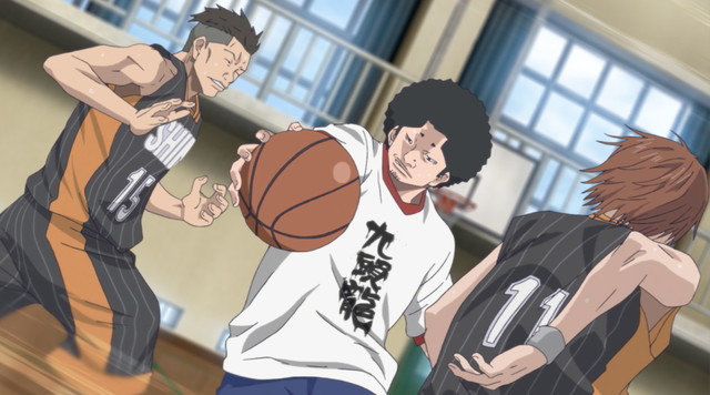 Chiaki Honozono, a punk turned high school basketball player, tries to protect the ball from a pair of rival players in the Ahiru no Sora TV anime.