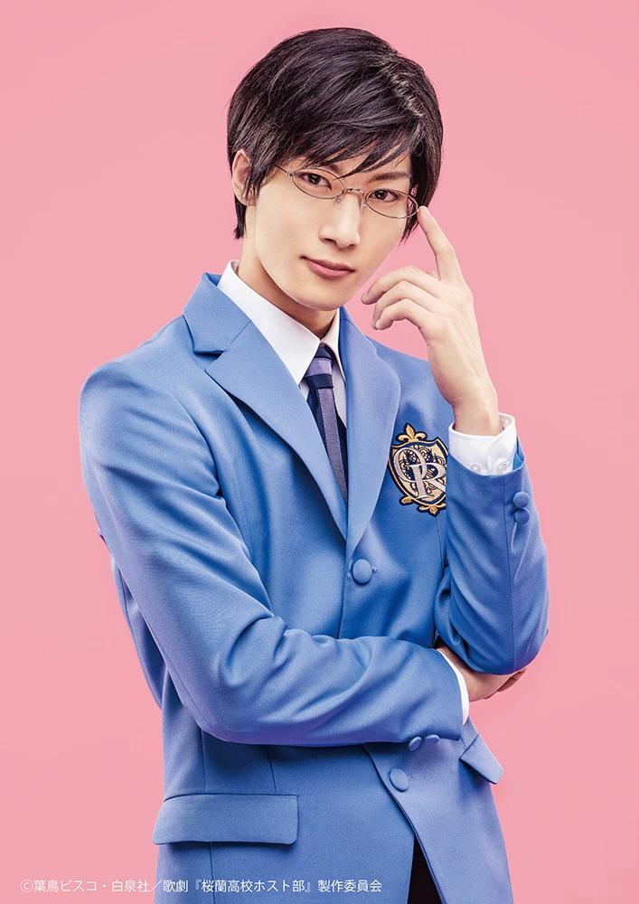 Una imagen promocional del actor Masamichi Satonaka con todo su maquillaje y vestuario como Kyoya Ootori en la próxima obra de teatro musical de Ouran High School Host Club.