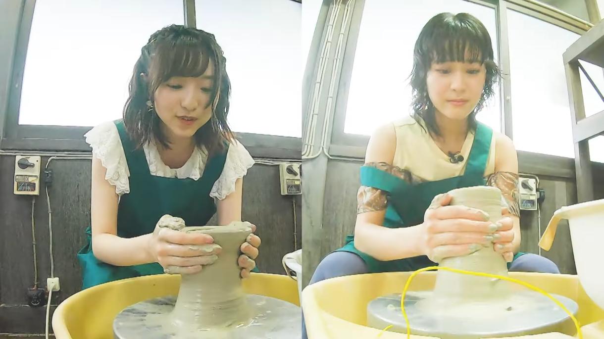 Los actores de voz Minami Tanaka y Rina Honnizumi intentan esculpir cerámica en una escena del segmento de acción en vivo después de la escuela de YAKUMO del próximo anime de Yakunara Mug Cup Mo TV.