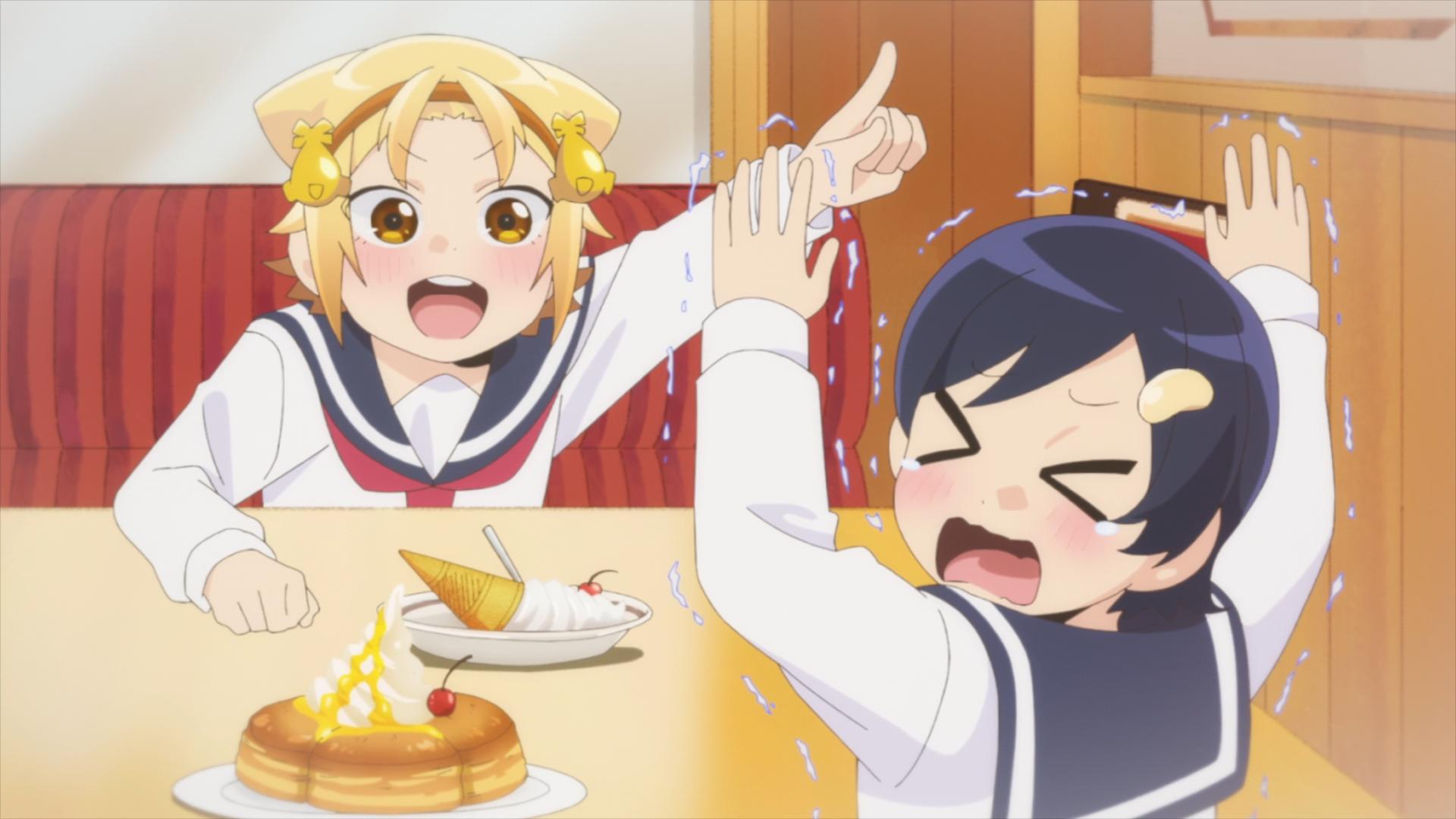Monaka Yatogame invita a Toshika Jin con algunas delicias en un restaurante familiar, mientras que Toshika se siente intimidada por la personalidad extrovertida de Monaka en una escena del anime de televisión Yatogame-chan Kansatsu Nikki.