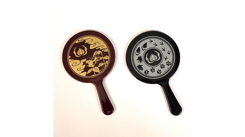 A promotional image for the Hozuki's Coolheadedness hand mirrors, which feature artwork of Hozuki's crest as well as a goldfish plant or the paw prints of Momotaro's animal companions.
