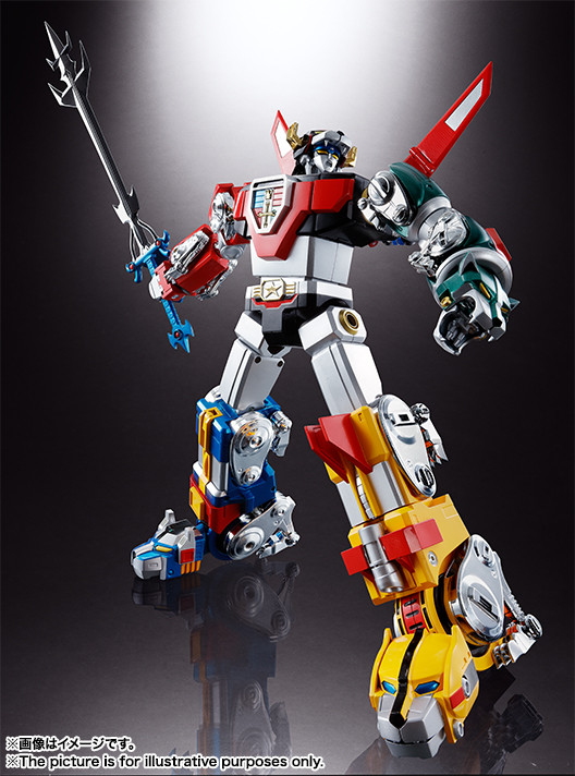 In Voltron form, the Soul of Chogokin GX-71 Voltron prepares to unleash the Blazing Sword.