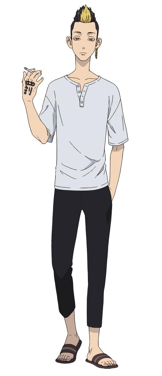 Un escenario de personajes de Shuji Hanma, un delincuente con ojos dorados, una raya de cabello rubio decolorado y un tatuaje de kanji en su mano del próximo anime de televisión Tokyo Revengers.  Shuji está vestido con una camisa blanca informal, pantalones negros y sandalias.