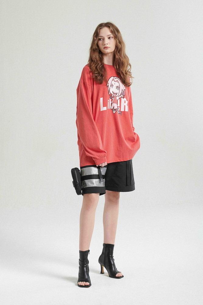 Una joven modela el SAKURA LONGSLEEVE / BURGUNDY de la colaboración de moda callejera LIBERE FOR NARUTO.
