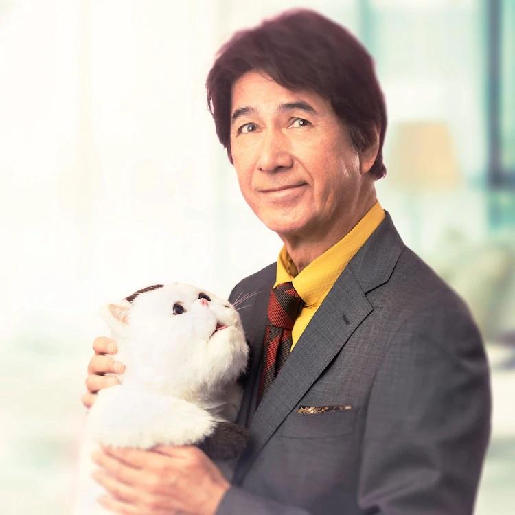 El actor Masao Kusakari interpreta a Kanda, un pianista de fama mundial y viudo reciente, que adopta a Fukumaru, un gato exótico de pelo corto grande y hogareño, en una imagen promocional para el próximo drama de acción en vivo de A Man and His Cat TV.