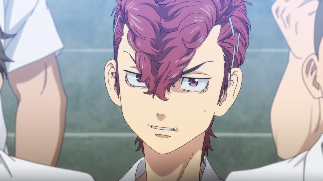 Atsushi Sendo, un punk con un copete morado, gruñe a un rival en una escena del próximo anime de televisión Tokyo Revengers.