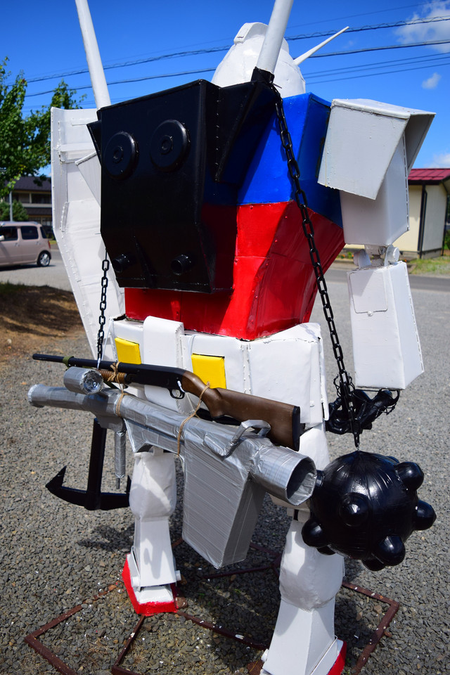 A photograph of the newly re-armed and upgraded Hetare Gundam statue in Fukushima, provided by Twitter user @shikishinobu.
