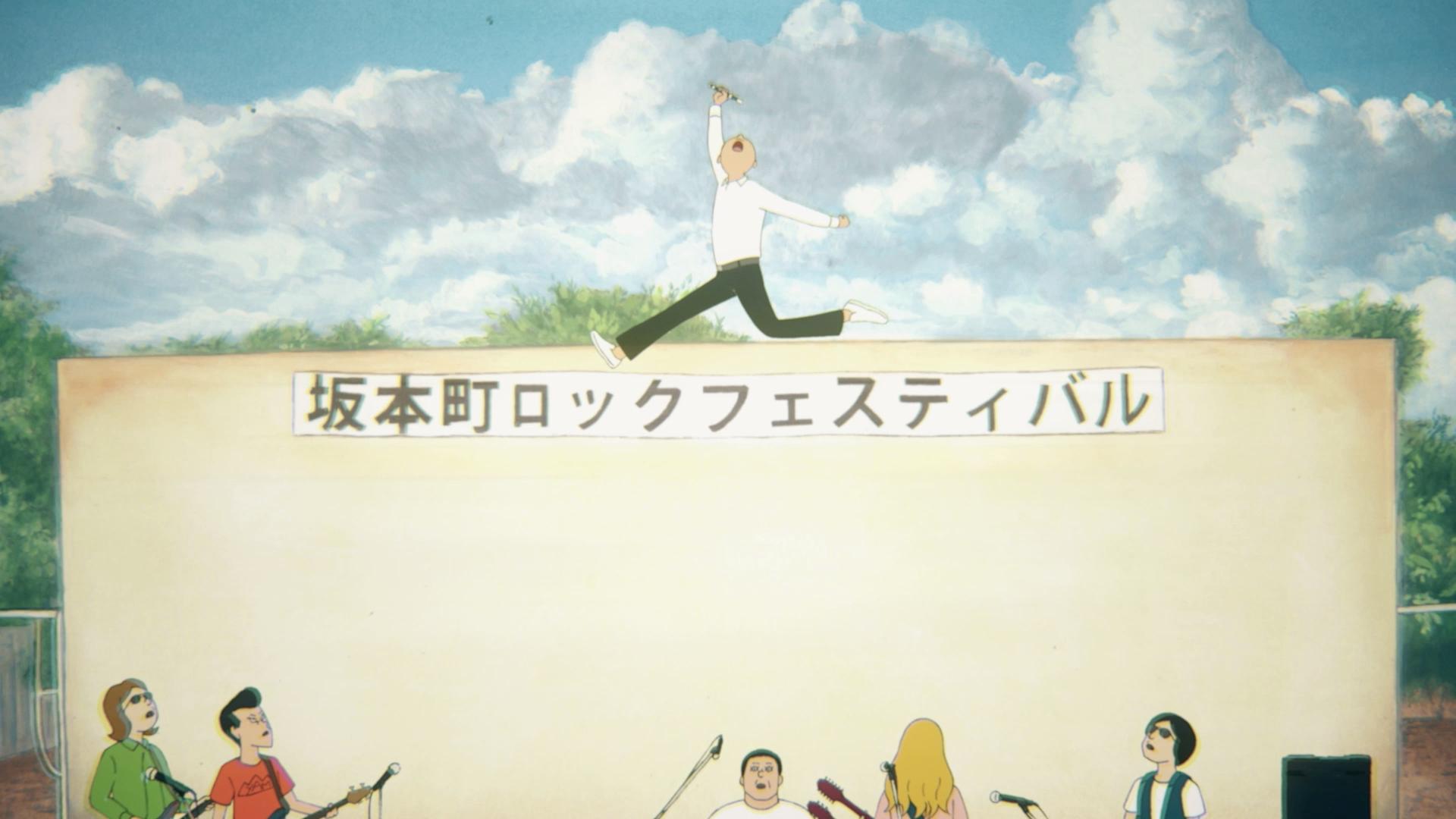 Agarrando su grabadora triunfalmente y en medio del rock and roll, Kenji salta a los cielos mientras sus compañeros de banda y el público miran con asombro y admiración en una escena de la película teatral de anime ON-GAKU: Our Sound 2019.