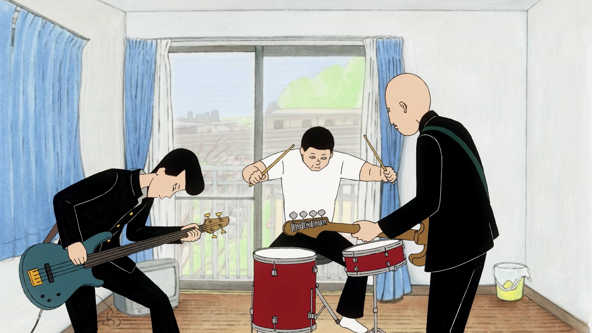 Ota y Kenji tocan el bajo mientras Asakura baila con una batería de dos piezas durante una sesión de práctica improvisada en una escena de la película de anime teatral ON-GAKU: Our Sound.