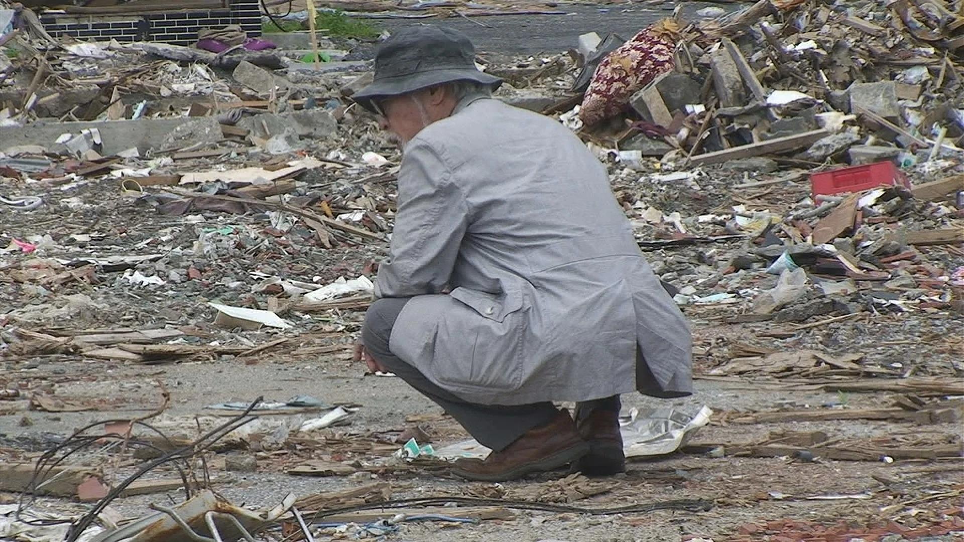 Hayao Miyazaki mirando los escombros sobrantes de 3.11 en un documental de NHK