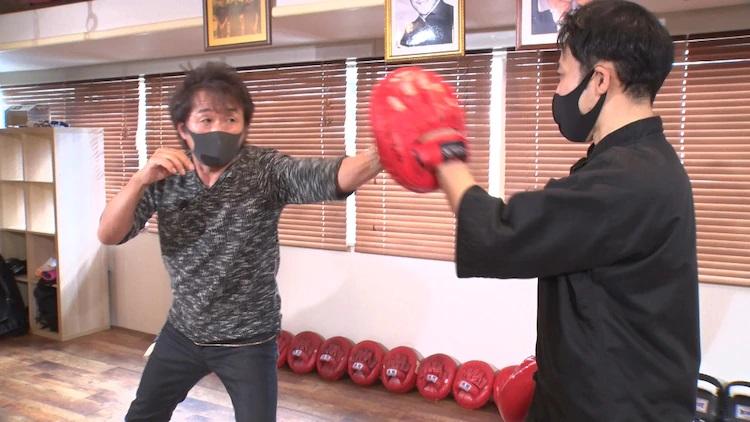 El autor de manga Keisuke Itagaki practica técnicas de Jeet Kune Do con un compañero de entrenamiento en un dojo en una escena del próximo Itagaki Keisuke ga Iku.  Programa de televisión de acción en vivo Saikyou Dojo en la estación de televisión BS-TBS de Japón.