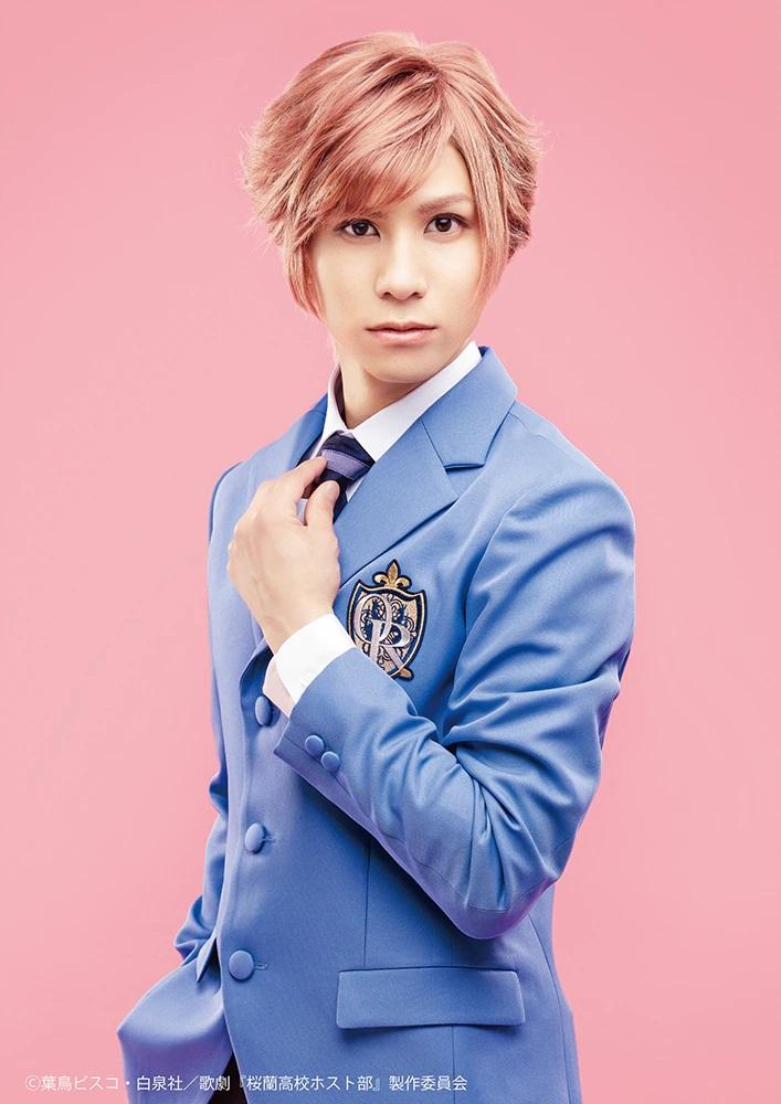 Una imagen promocional del actor Kaname Futaba con todo su maquillaje y vestuario como Kaoru Hitachiin en la próxima obra de teatro musical de Ouran High School Host Club.