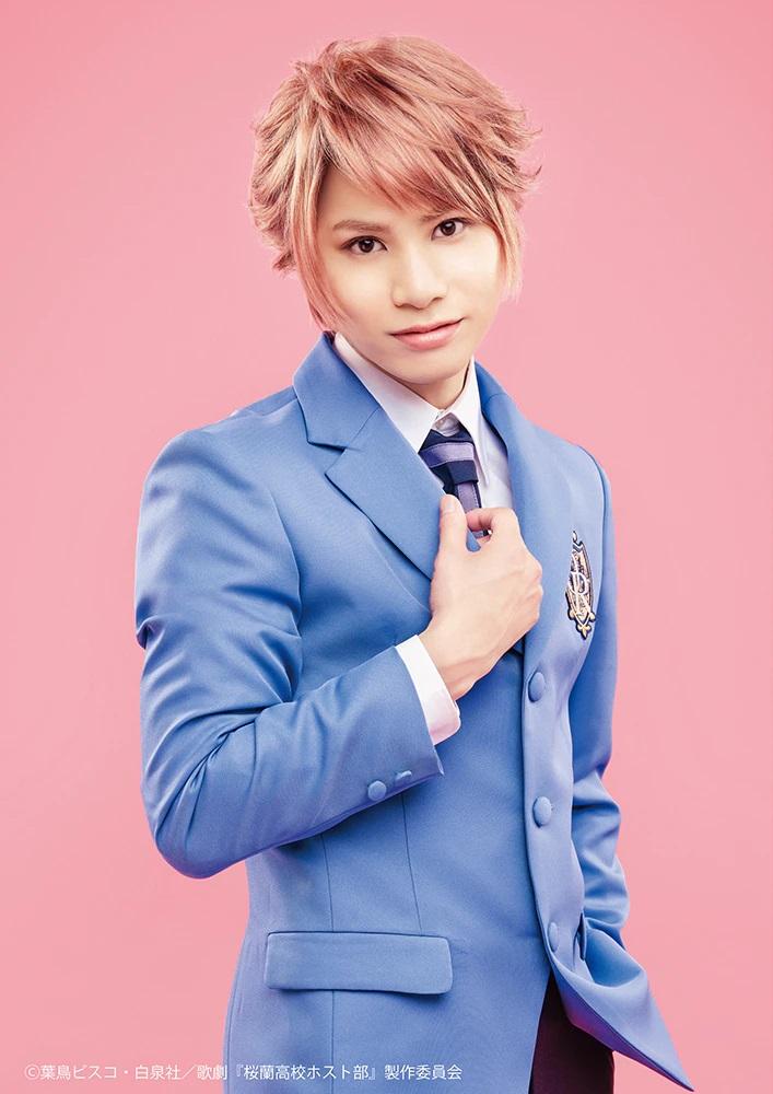 Una imagen promocional del actor Yuu Futaba con todo su maquillaje y vestuario como Hikaru Hitachiin en la próxima obra de teatro musical de Ouran High School Host Club.