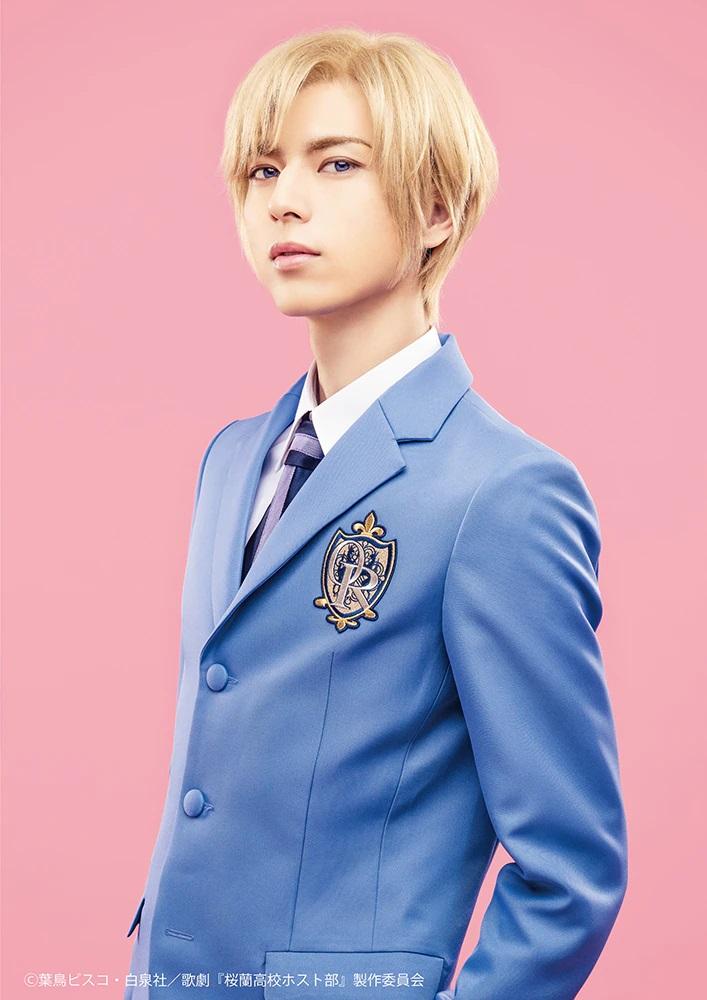 Una imagen promocional del actor Junya Komatsu con todo su maquillaje y vestuario como Tamaki Suoh en la próxima obra de teatro musical de Ouran High School Host Club.