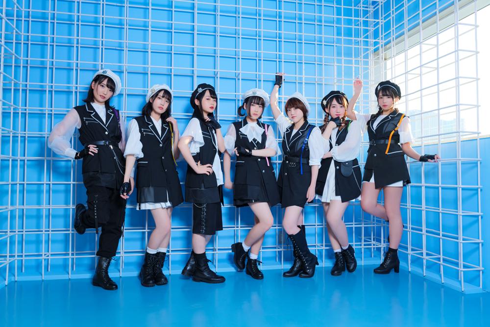 Una foto promocional de AOP, un grupo ídolo de anison formado por Yuna Asahi, Hinaki Kudo, Rin Kojima, Yukina Tsutsumi, Non Harusaki, Yuki Hirose y Seena Hoshiki.