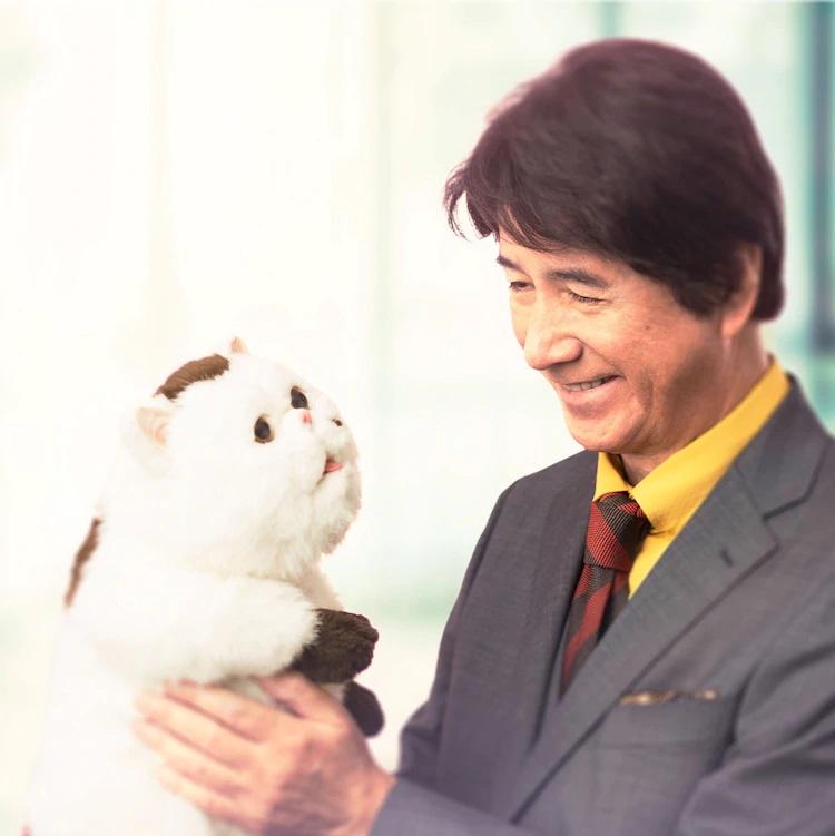 El actor Masao Kusakari interpreta a Fuyuki Kanda, un pianista de fama mundial y viudo reciente que adopta un gato exótico y hogareño de pelo corto, en una foto promocional del próximo drama televisivo de acción en vivo A Man and His Cat.