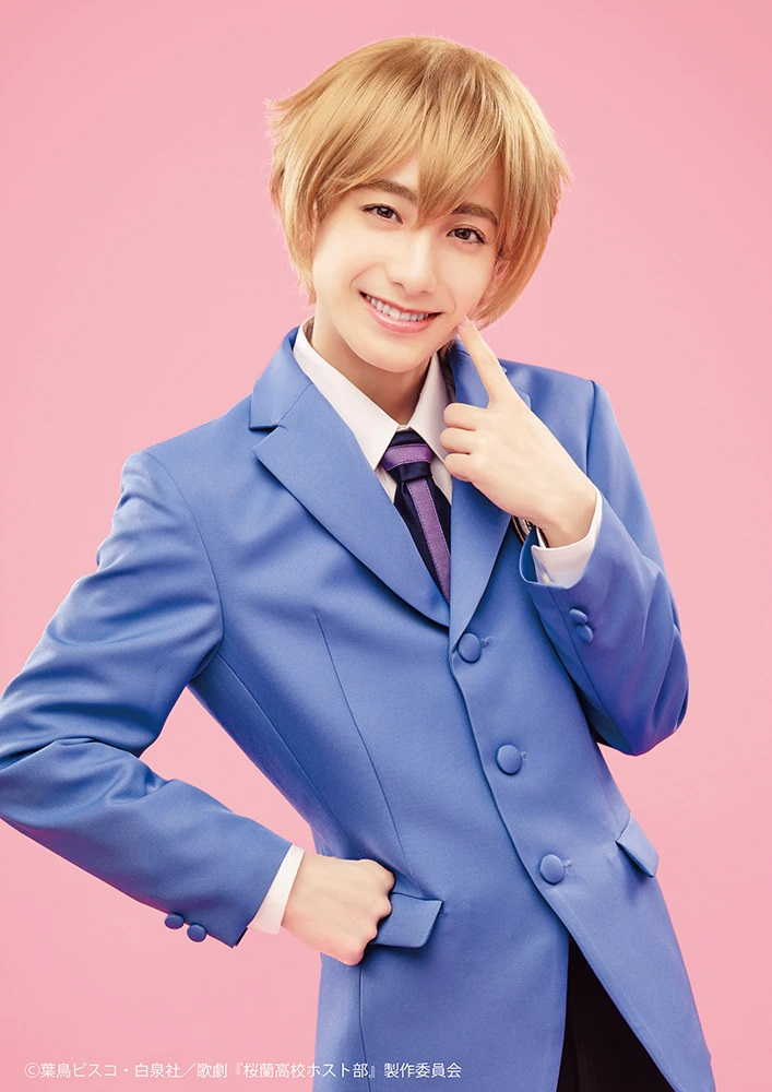 Una imagen promocional del actor Eito Konishi con todo su maquillaje y vestuario como Mitsukuni Haninozuka en la próxima obra de teatro musical de Ouran High School Host Club.