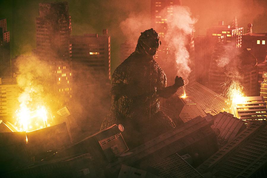 Godzilla arrasa en un paisaje urbano en ruinas en una escena del comercial promocional más reciente de Boss Coffee x Godzilla.