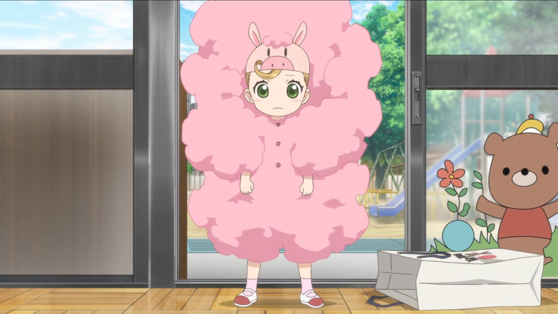Para la obra de teatro escolar de su clase de jardín de infantes, Tsumugi se viste como el Sr. Galigali, un personaje mascota de cerdo lanudo del anime de televisión Magi-Girl, en una escena del anime de televisión Sweetness & Lightning de 2016.