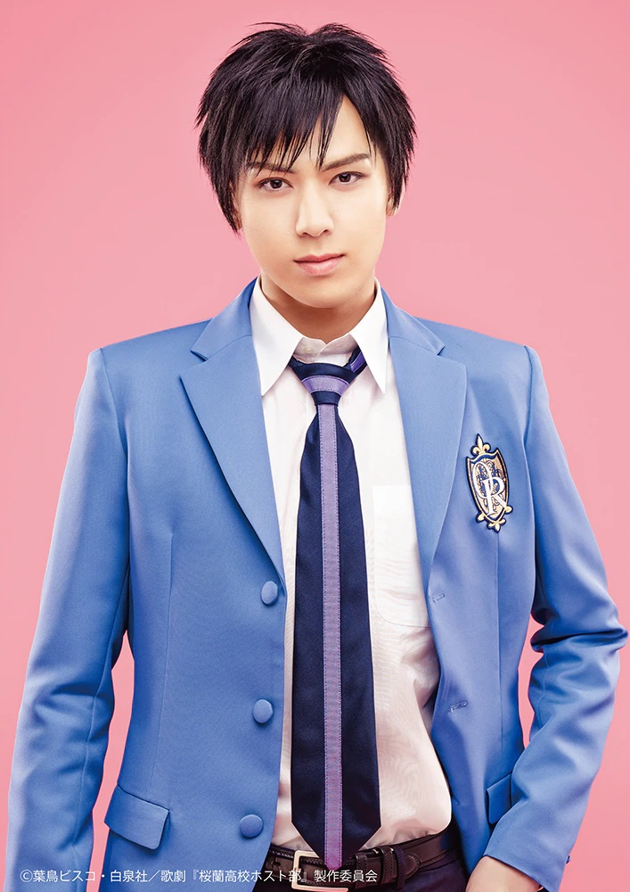 Una imagen promocional del actor Shō Katō con todo su maquillaje y vestuario como Takashi Morinozuka en la próxima obra de teatro musical de Ouran High School Host Club.