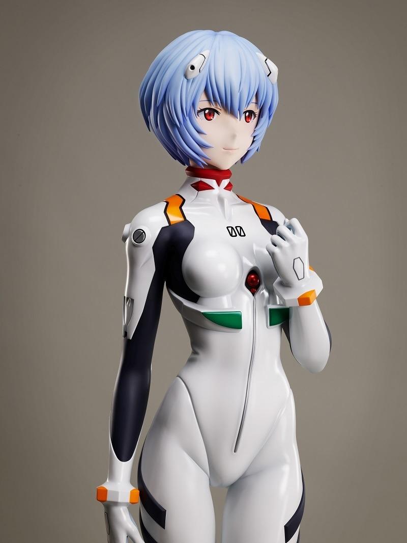 Una imagen promocional de la figura a escala 1: 1 de Rei Ayanami de F: NEX, que muestra una toma media de un prototipo de la figura vista en 3/4 de perfil.