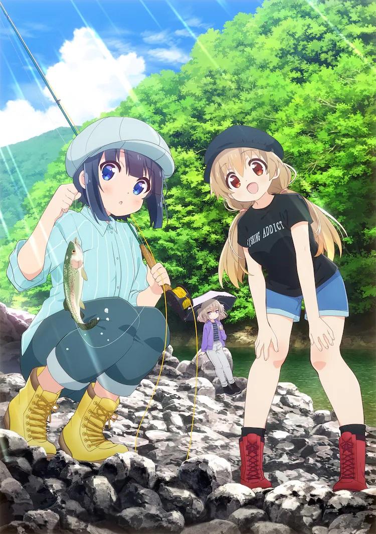 Una imagen clave para el próximo anime de Slow Loop TV, con los personajes principales Kiyori y Hotaru admirando el pez que Kiyori ha atrapado con su caña de pescar con mosca mientras su amigo Koi observa desde el fondo debajo de una sombrilla.  El grupo está pescando en un arroyo rocoso cerca de un bosque.